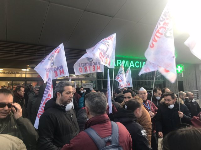 Maquinistas de Metro frente a la Asamblea de Madrid
