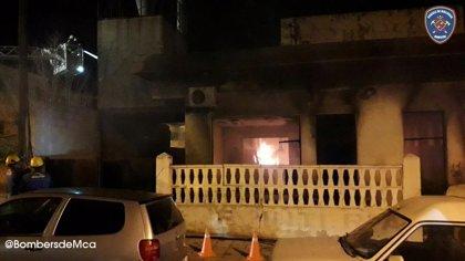 Los Bomberos continúan trabajando en refrescar los restos de un incendio declarado anoche en una carpintería