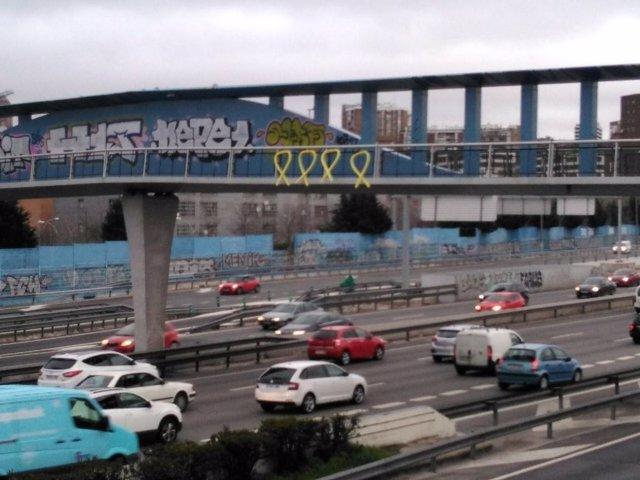 Aparecen lazos amarillos en algunos puentes de Madrid