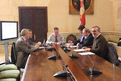 Espadas, CES, UGT y CCOO analizan la estrategia de ampliación del parque de Emvisesa y el avance del nuevo plan