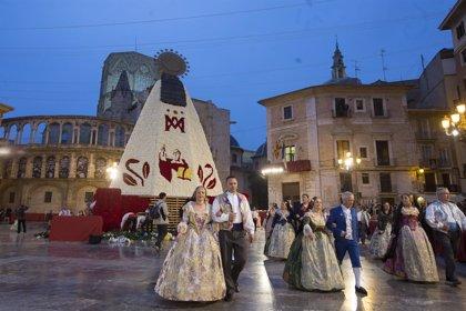 Claveles rojos, blancos, rosas y amarillos para el manto de la 'Geperudeta' en su ofrenda