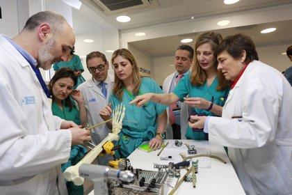 Profesionales de Traumatología del SERIS actualizan conocimientos en una unidad móvil instrumentaliza