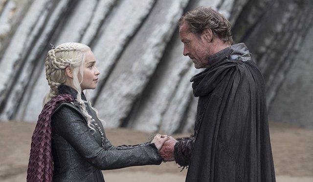 Emilia Clarke y Iain Glen en Juego de Tronos