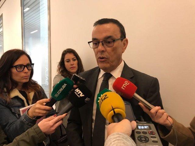 El secretario general del PSOE de Huelva, Ignacio Caraballo, ante los medios.