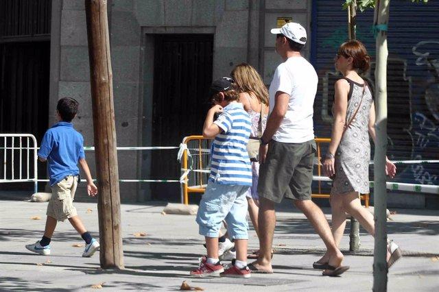 Familia numerosa, paseando, paseo, matrimonio, niños, verano