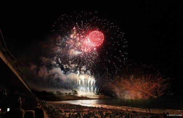 Fuegos artificiales en la playa de Tarragona