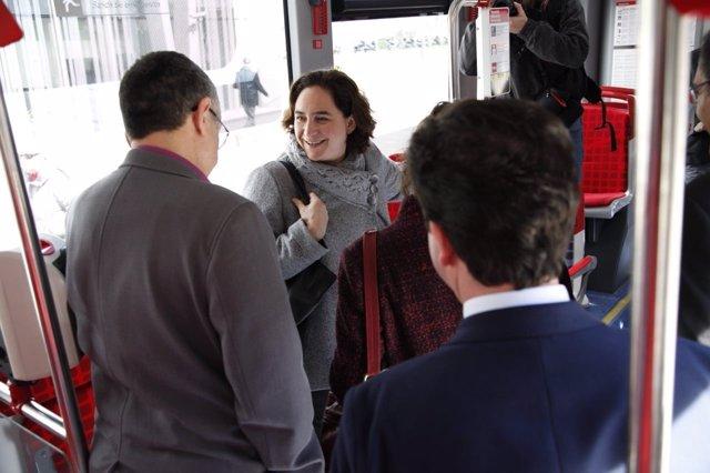 Ada Colau conoce parte de los nuevos autobuses de la flota de TMB