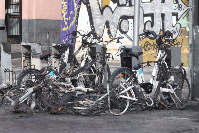 Bicicletas de BiciMad destrozadas en Lavapiés (Madrid) tras los disturbios