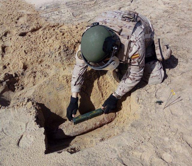 Miembro de la Armada desactivando explosivo encontrado en playa de San Fernando