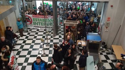 Cientos de docentes interinos protestan en toda Andalucía con manifestaciones, 'performances' y sentadas