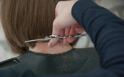 Voluntarios de 'la Caixa' animan a donar pelo este domingo en Derio (Bizkaia) para pelucas oncológicas