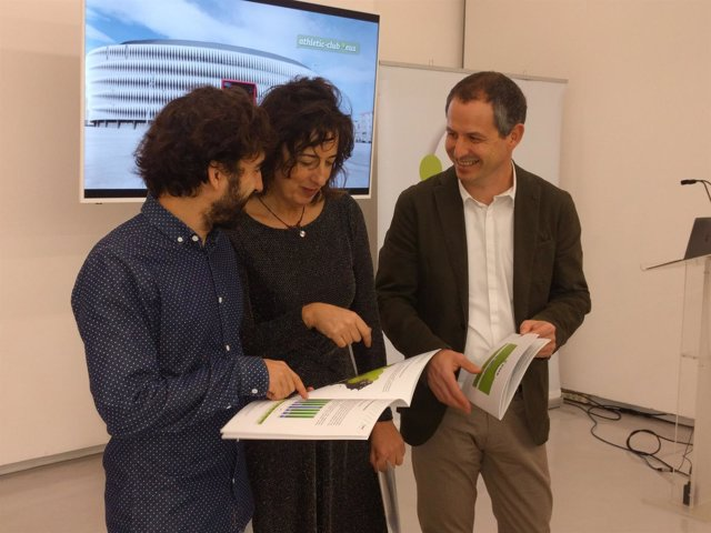 Iker Sagasti, Lorea Bilbao y Josu Waliño, en la presentación del informe