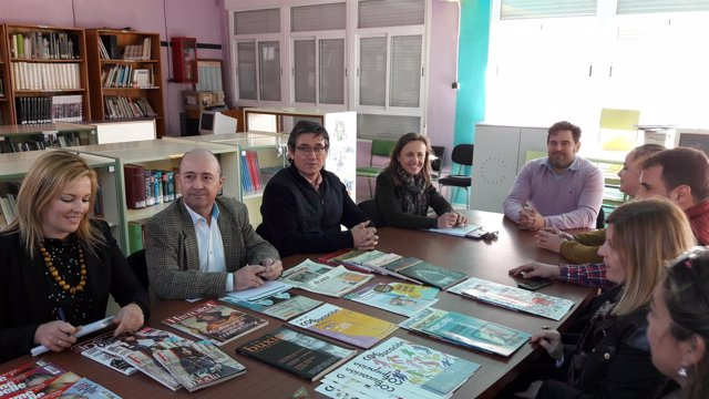 Fernández reunida con la comunidad educativa del CEIP Virgen del Mar en Adra