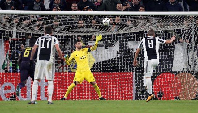 Higuaín falla ante Lloris en un Juventus-Tottenham