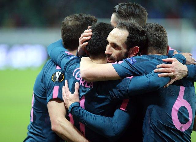 Juanfran (Atlético Madrid) celebra un gol con sus compañeros