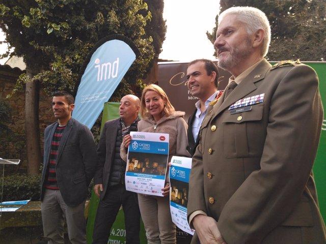 La alcaldesa de Cáceres con el cartel de la Media Maratón
