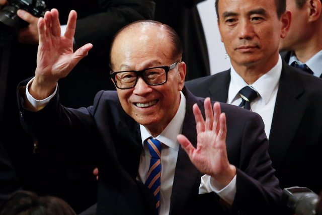 Hong Kong tycoon Li Ka-shing waves goodbye to journalists after announcing his r