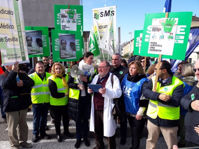 Protestas en Dos Hermanas (Sevilla) contra las agresiones a sanitarios