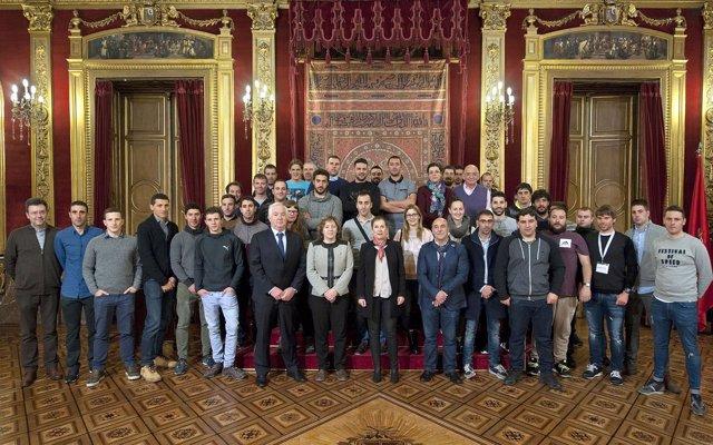 Uxue Barkos, con agricultores en el Palacio de Navarra.