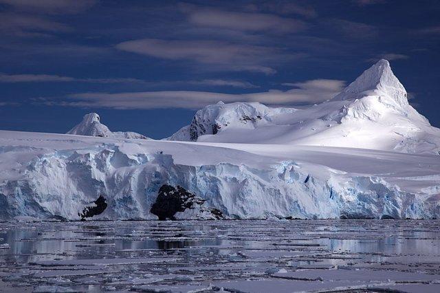 Glaciar en la costa antártica