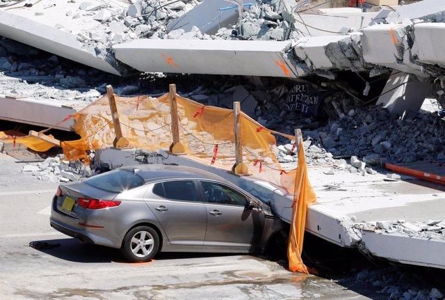 Un coche aplastado por el puente derrumbado en Florida