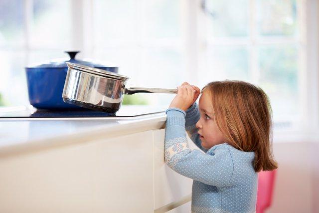 Niña en la cocina, peligro, quemar, accidente, primeros auxilios