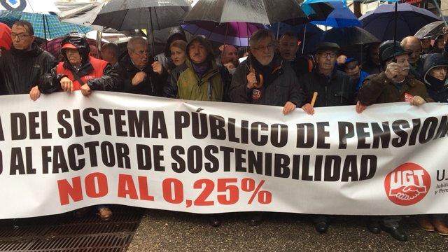 """Cabecera de la manifestación convocada por UGT y CCOO por """"pensiones dignas"""""""