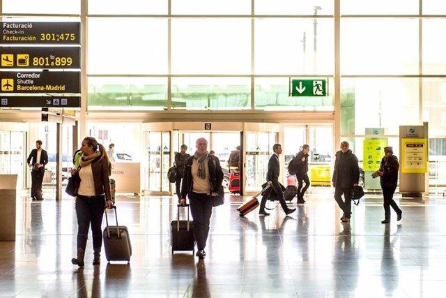 Viajeros en aeropuerto