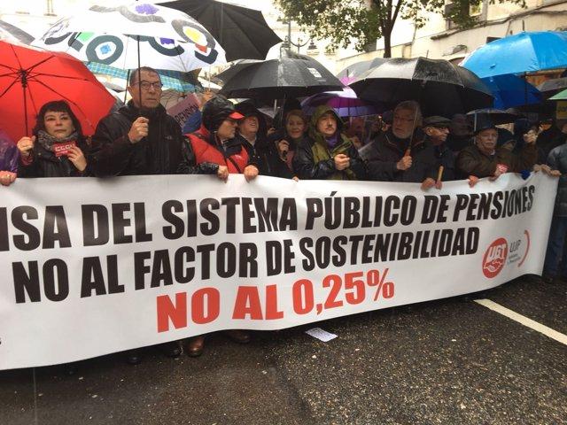 """Cabecera de la manifestación en favor de las pensiones """"dignas"""""""