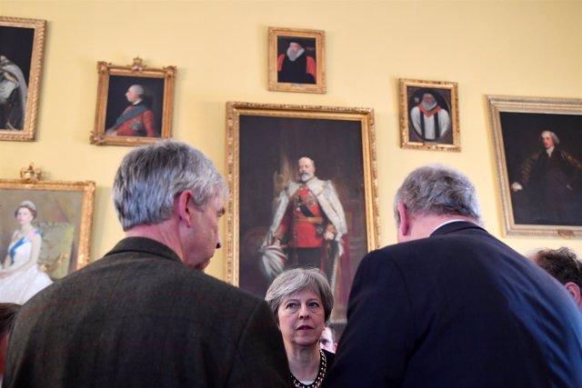 Theresa May habla con el Gobierno tras incidente Salisbury