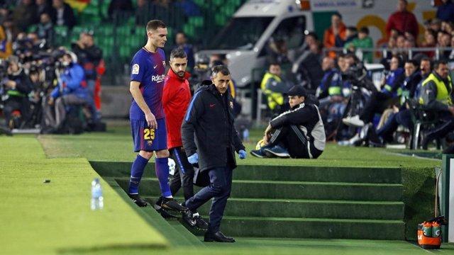 Vermaelen (Barcelona) se marcha al lesionado