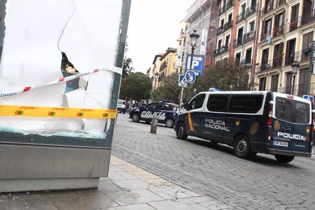 Furgón de la Policía Nacional circula por Lavapiés (Madrid) tras los disturbios