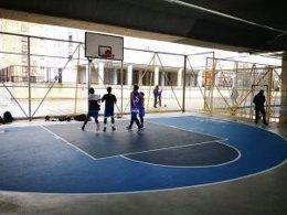 Cancha de baloncesto en los bajos del Puente Bosch.