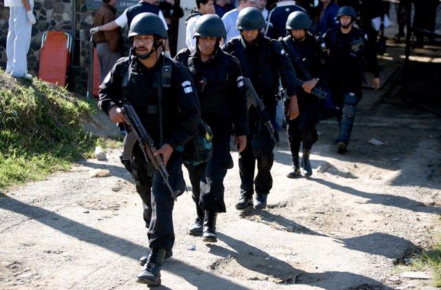 Agentes de la Policía de Guatemala durante el asalto a la cárcel de Pavón (2006)