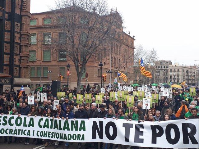 Manifestación convocada por Somescola en defensa de la escuela catalana