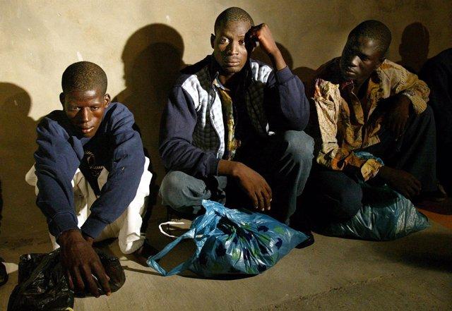 Inmigrantes africanos a la espera de ser identificados