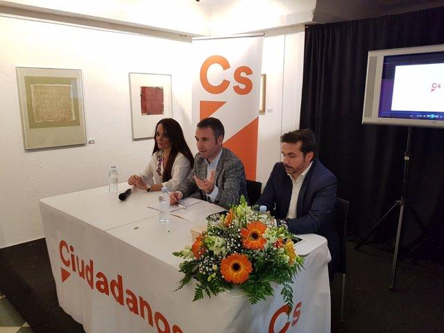 Guillermo díaz con Javier Toro y Sara Lia en Fuengirola Ciudadanos