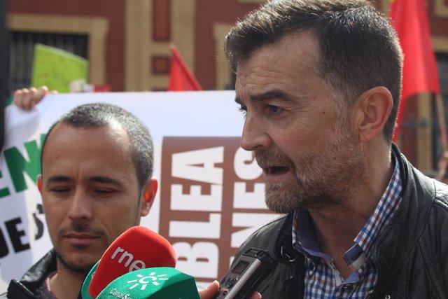 Antonio Maíllo, este lunes, atendiendo a los medios en la protesta