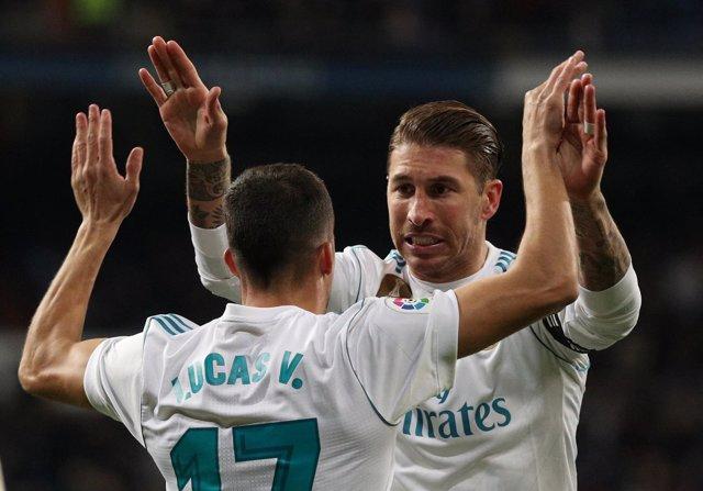 Sergio Ramos se abraza a Lucas Vázquez