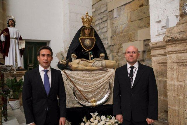 Óscar Liria entrega su medalla de Diputación a la Virgen de las Angustias