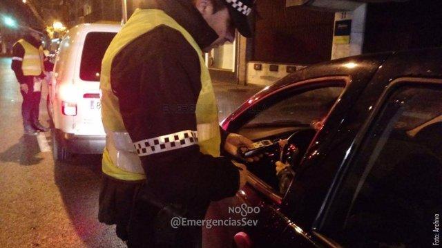 Policía Local realiza una prueba de alcoholemia a un conductor