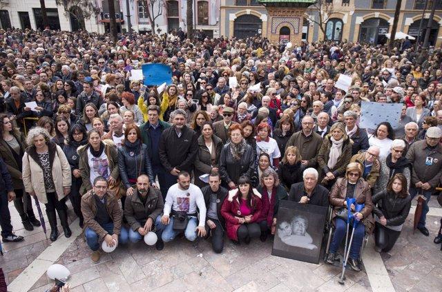 Juan José Cortés , Juan Carlos Quer yfamiliares de víctimas por muerte violenta.