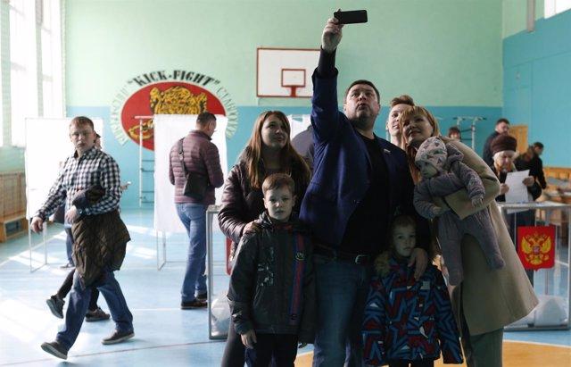 Selfi en un colegio electoral ruso en Stavropol