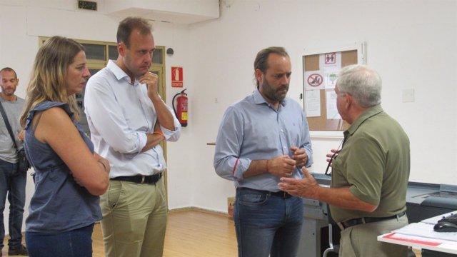 Juan Cassá en la visita de un economato social en El Palo