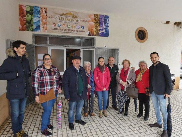 Visita de González Rojas (IU) al mercado de abastos de Bellavista.
