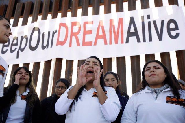 'Dreamers' En Una Nueva Sección Del Muro En La Frontera Entre México Y EEUU