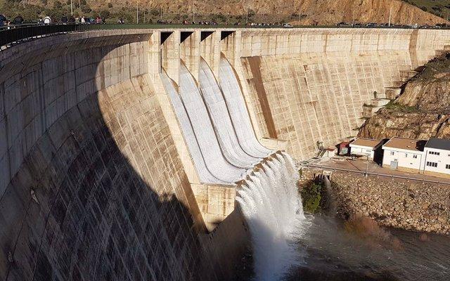 El pantano de Montoro comienza a desembalsar agua tras almacenar el total de su capacidad