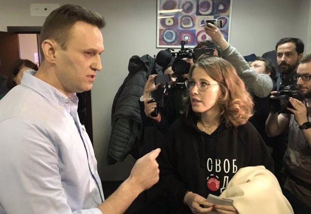 El opositor ruso Alexei Navalni y la candidata presidencial Xenia Sochak