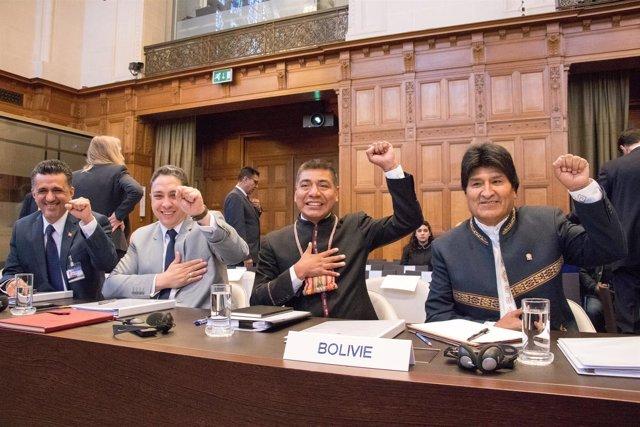 Evo Morales y la delegación boliviana ante la CIJ