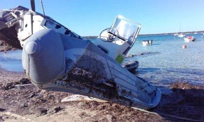 Formentera retira 13 embarcaciones abandonadas en el litoral del Estany des Peix